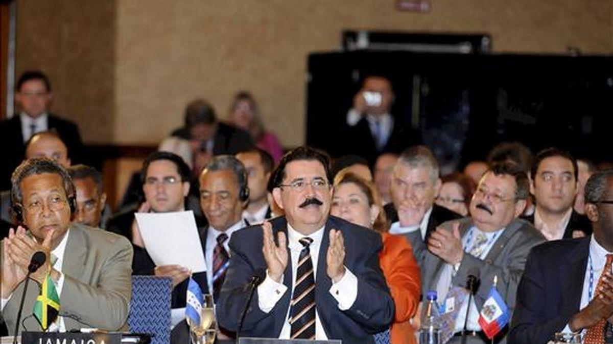 El presidente de Honduras, Manuel Zelaya (c), durante la XXIX Asamblea General de la OEA, que se celebra en San Pedro Sula. EFE