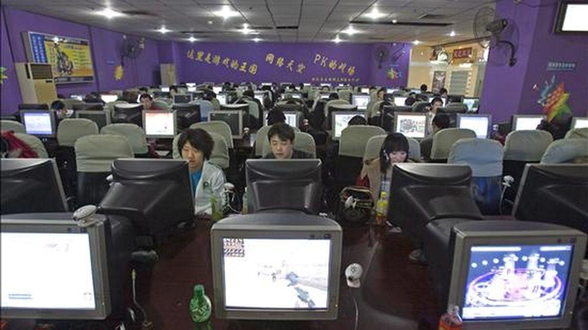 """Un tribunal de Corea del Sur ha condenado a un joven a 20 años de cárcel adicto a los videojuegos que asesinó a su madre después de que ésta le regañara por el tiempo que dedicaba al ocio online.  En la imagen, varias personas en un """"cibercafé"""". EFE/Archivo"""