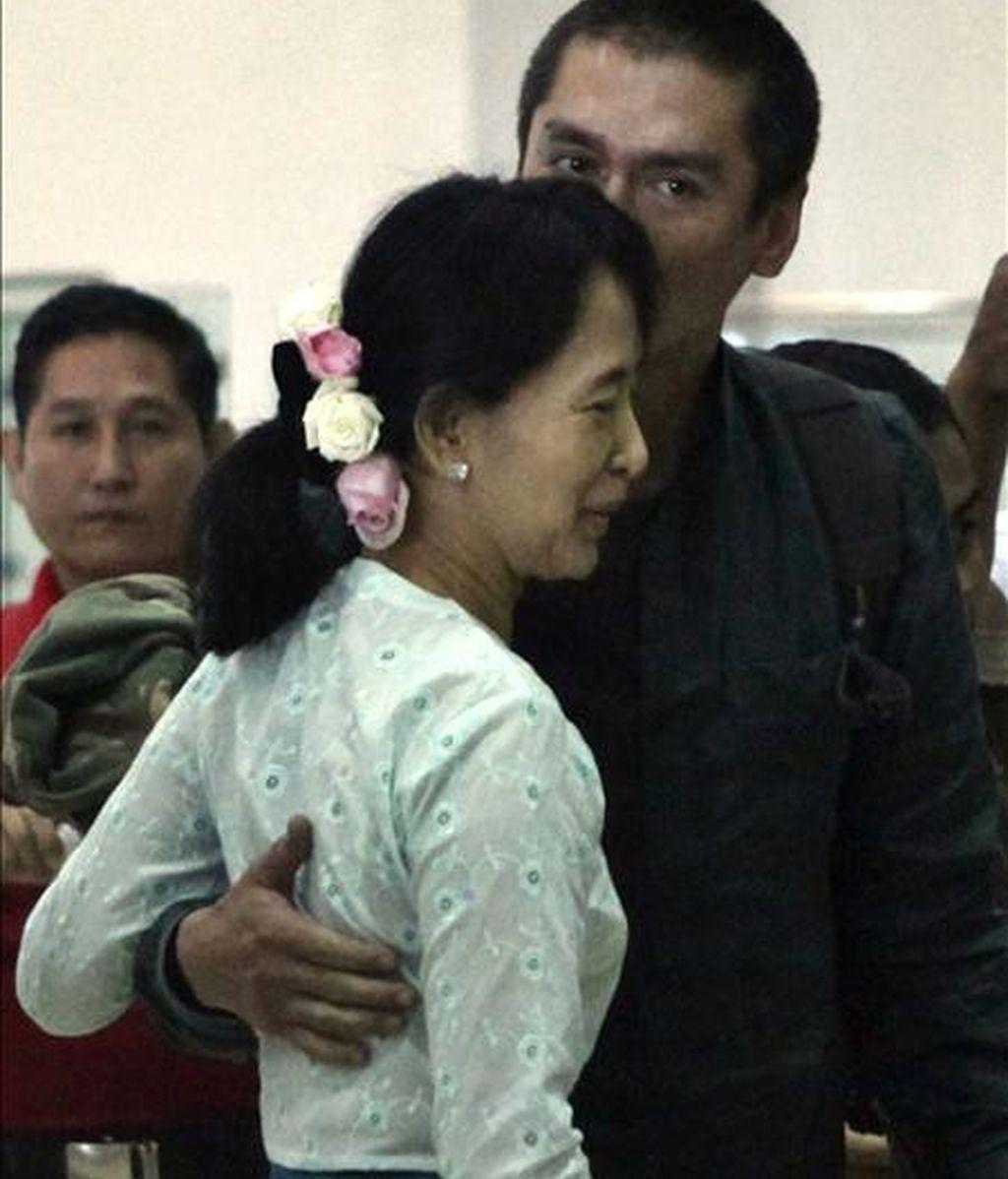 La líder de la democracia en Birmania, Aung San Suu Kyi (i), saluda hoya su hijo Kim Aris en el Aeropuerto Internacional de Yangón en Birmania. EFE