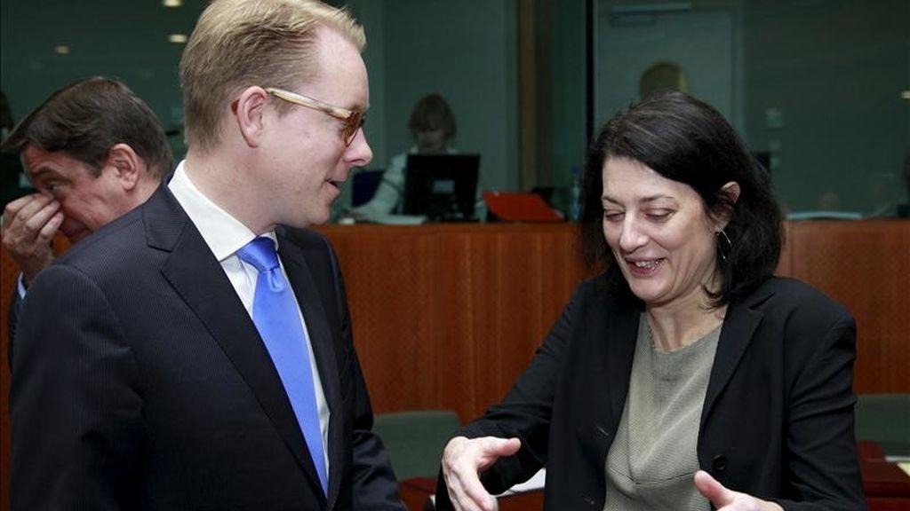 La secretaria de Estado española de Inmigración y Emigración, Anna Terrón, conversa con el ministro sueco de Inmigración, Tobias Billström, al inicio del Consejo de ministros de Interior de la UE, en Bruselas (Bélgica), hoy, jueves 12 de mayo de 2011. EFE