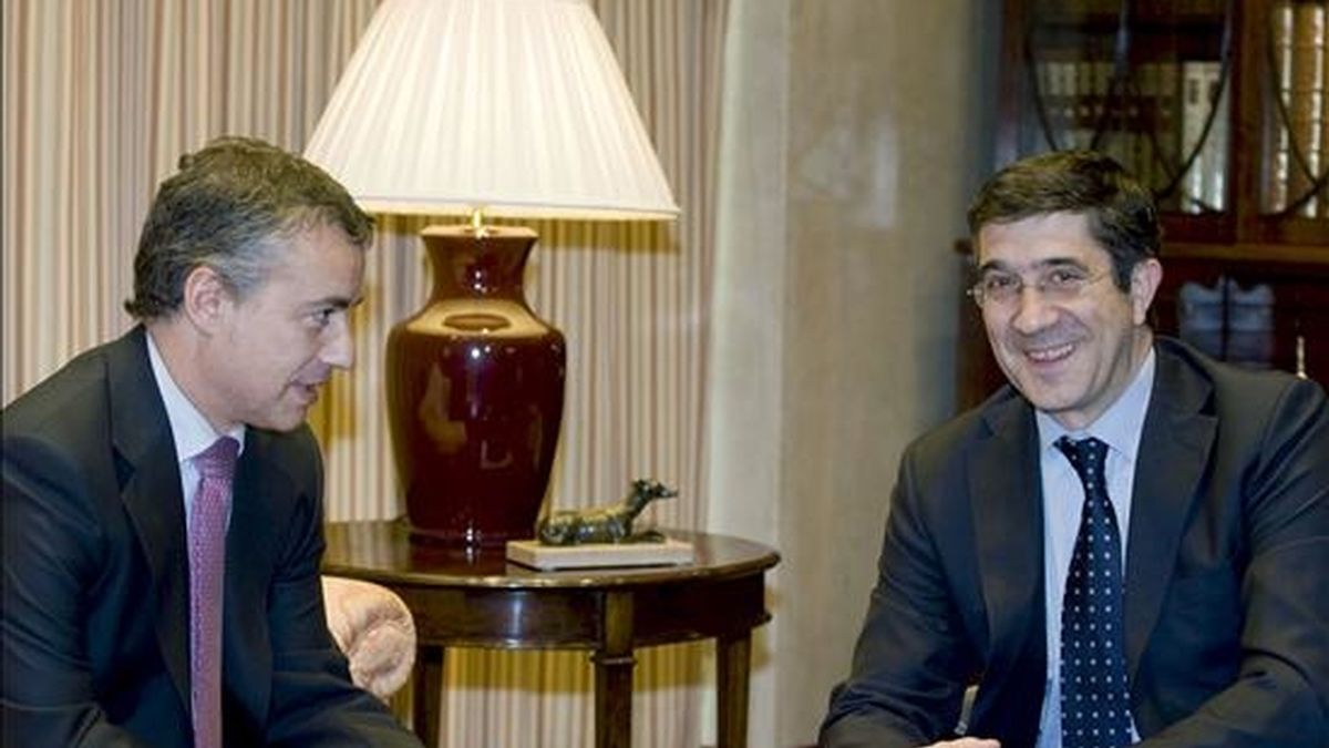 El lehendakari, Patxi López (d), conversa con el presidente del PNV, Iñigo Urkullu, durante la reunión mantenida esta tarde en la Lehendakaritza, dentro de la ronda de conversaciones que mantiene estos días con los dirigentes vascos. EFE