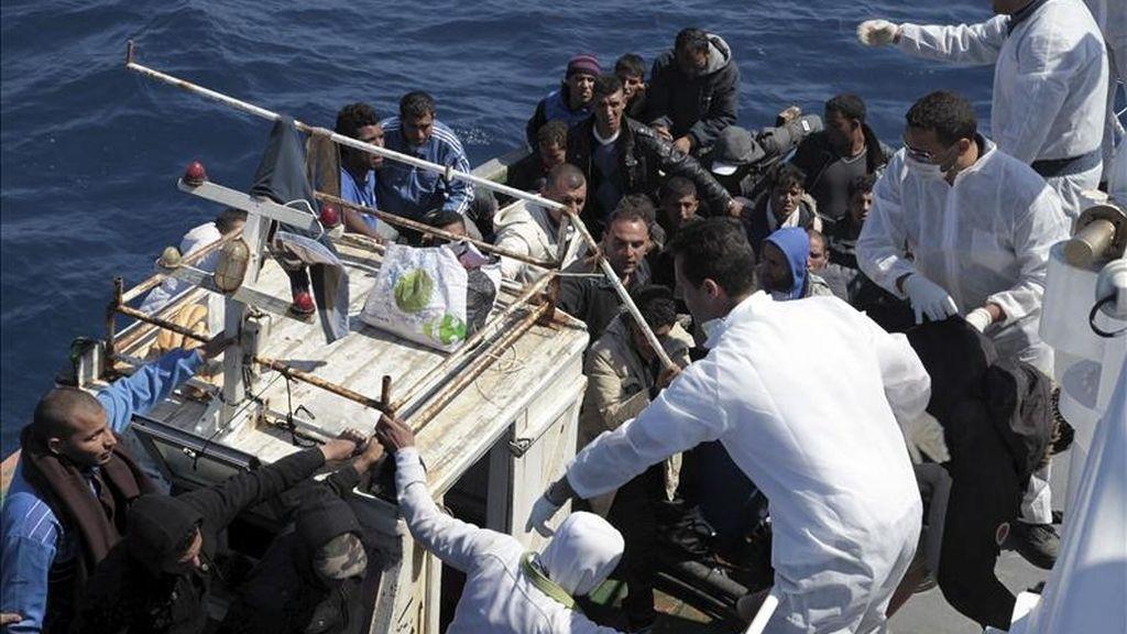 Funcionarios italianos atienden a uno de los dos botes rescatados por la Guardia Costera en la costa de Lampedusa, Italia, ayer jueves 5 de mayo de 2011. EFE/Guardia Costera italiana