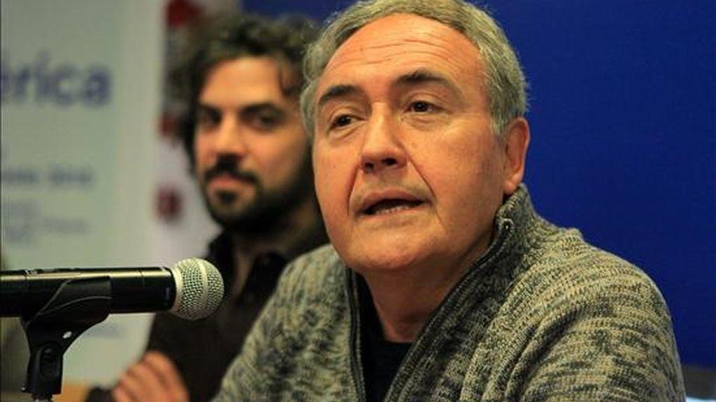 El escritor español Vicente Molina Foix (d) participa en un diálogo con el cineasta uruguayo Álvaro Brechner (i) en el Centro Cultural de España, en Montevideo (Uruguay), en la primera edición del Festival Eñe América. EFE