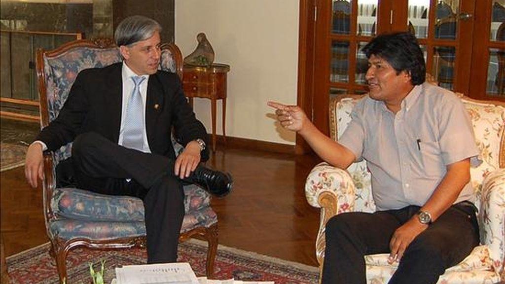 El presidente de Bolivia, Evo Morales (d), habla ante la presencia del vicepresidente boliviano, Álvaro García Linera, en un momento de su comparecencia a los medios de comunicación hoy en la residencia presidencial en La Paz, tras la operación quirúrgica a la que Morales fue sometido para corregir la desviación de su tabique nasal. EFE