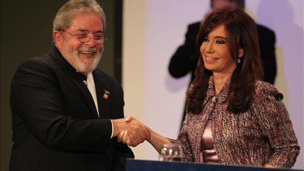 Los presidentes de Brasil, Lula Da Silva (i), y de Argentina, Crisitna Fernández (d) se saludan tras firmar acuerdos bilaterales al término de la reunión plenaria de la XXXIX Reunión del Consejo del Mercado Común. EFE