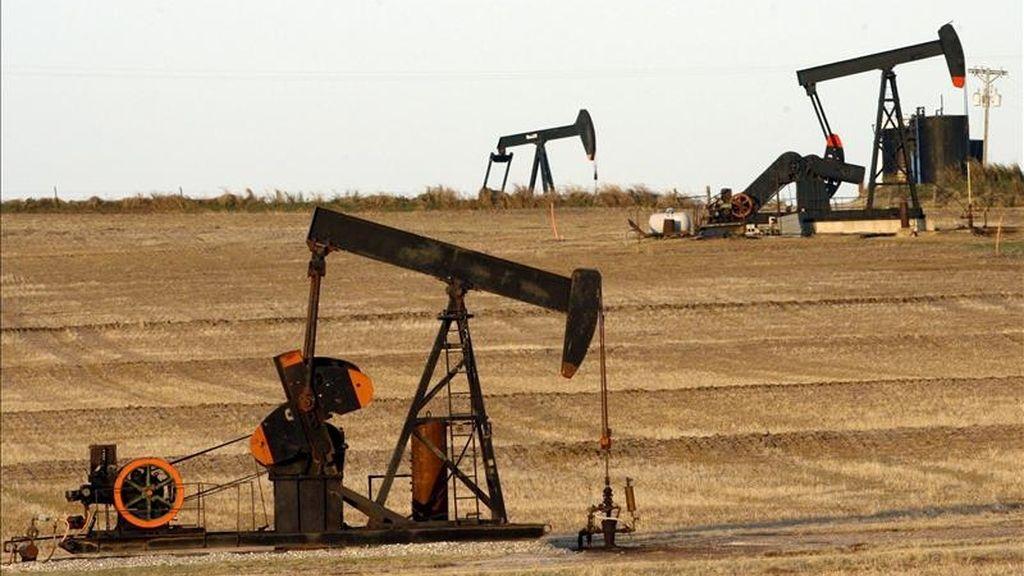 Al final de esta cuarta sesión de la semana en la Bolsa Mercantil de Nueva York, los contratos de futuros del Petróleo Intermedio de Texas (WTI) con vencimiento en junio restaron 9,44 dólares al precio de cierre de la jornada anterior para cerrar a 99,8 dólares por barril. EFE/Archivo