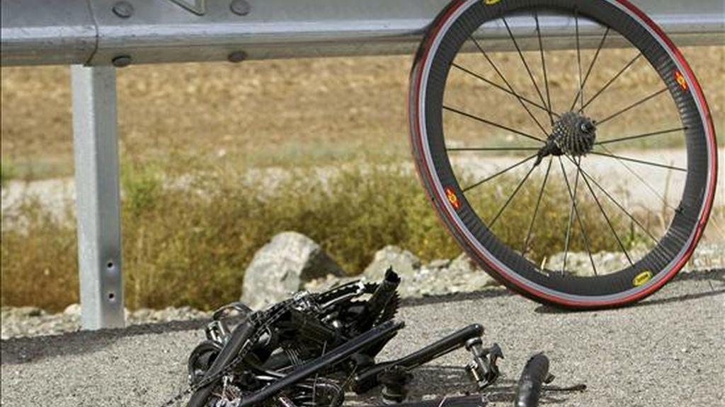 Restos del accidente en el que dos personas resultaron muertas ayer y otras cuatro heridas al arrollar un turismo a un grupo de ciclistas que circulaban por la carretera N-IV a la altura de la localidad sevillana de Los Palacios. EFE
