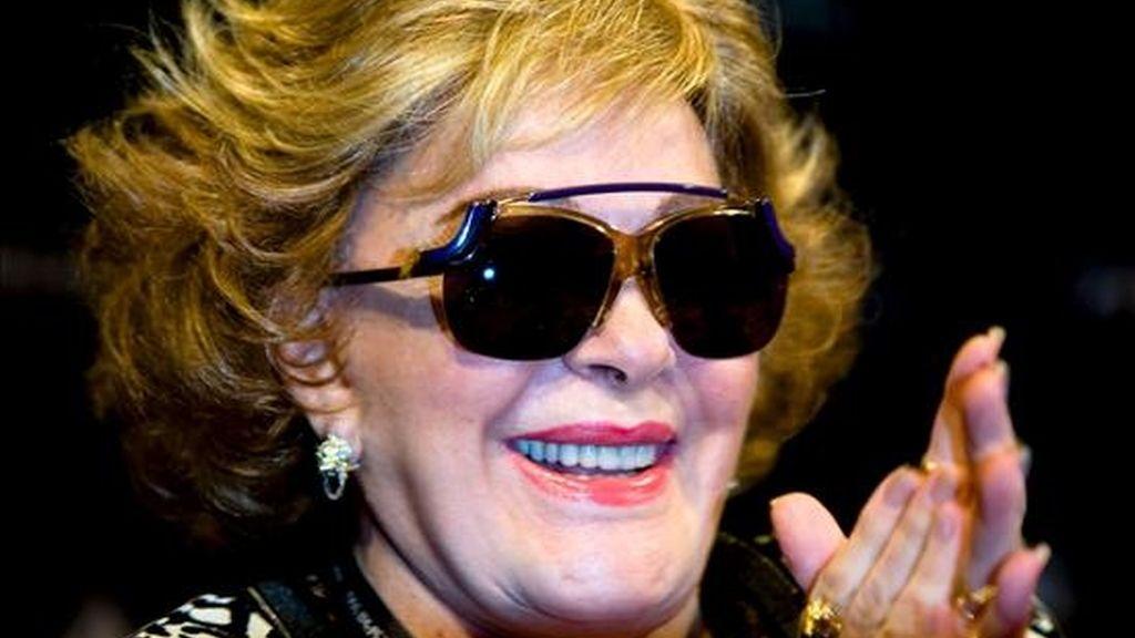 La actriz mexicana Silvia Pinal aplaude durante la rueda de prensa que ofreció hoy sobre el largometraje Viridiana, que recibe el galardón de Película de Oro del duodécimo Festival de Cine Español de Málaga. EFE
