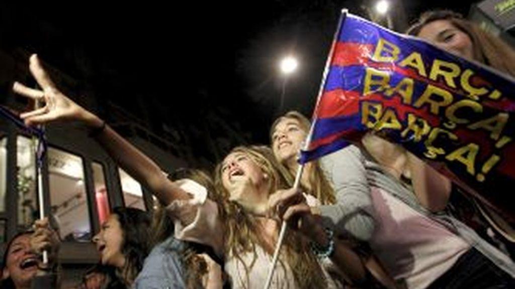 La afición del F.C.Barcelona celebra el título de Liga en la fuente de Canaletas de las Ramblas. Foto: EFE