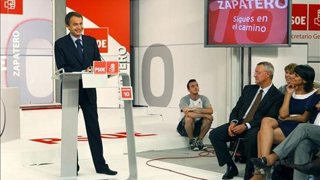 El presidente del Gobierno y líder socialista, José Luis Rodríguez Zapatero (i), durante el acto de conmemoración del décimo aniversario de su elección como secretario general del PSOE en el XXXV Congreso del partido, esta tarde en Madrid. EFE