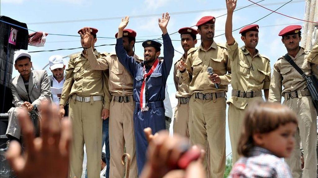 Soldados yemeníes se unen a los protestantes antigubernamentales durante la manifiestación realziada en Saná, Yemen. EFE
