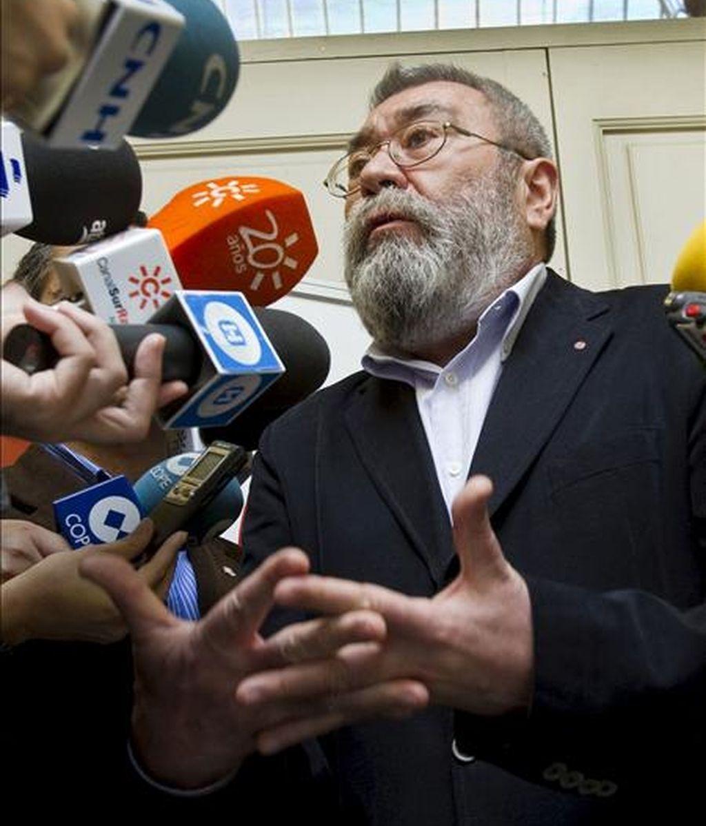 El secretario general de UGT, Cándido Méndez, durante unas declaraciones a los medios de comunicación en Huelva antes de iniciar reuniones con todas las secciones sindicales y comités de empresa de la provincia, en donde ha mostrado sus dudas de que el déficit en la Unión Europea se pueda reducir un 3% antes del 2013. EFE
