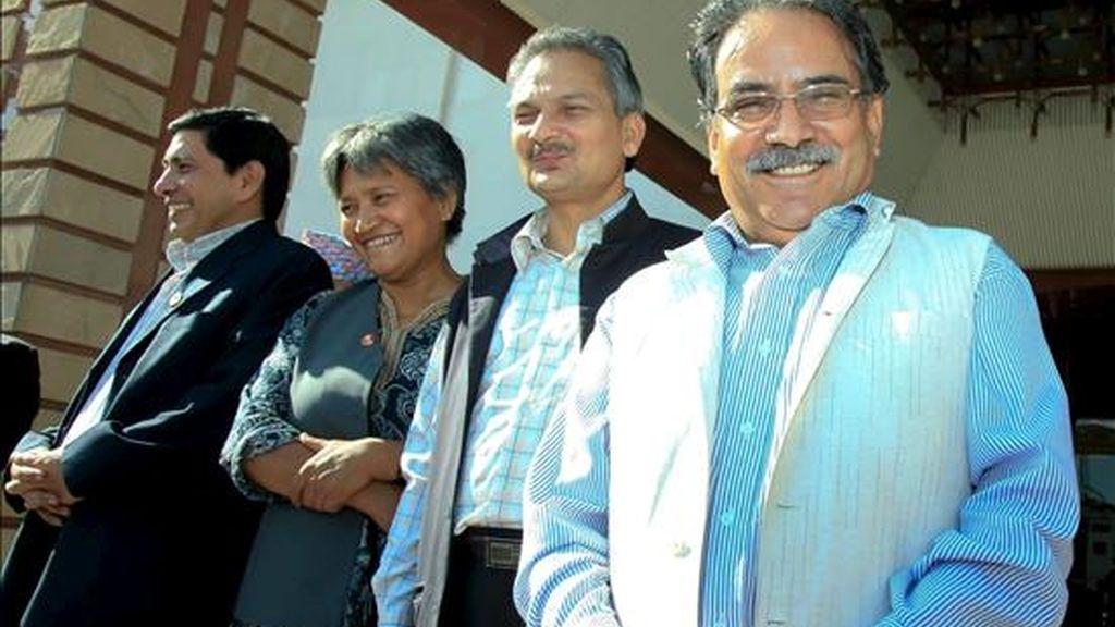 El presidente del Partido Maoísta, Pushpa Kamal Dahal, alias Prachanda (d), junto a otros miembros de su partido, (i-d), Baburam Bhattrai, Hisila Yami y Naryan Kaji Shrestha, tras presentar su candidatura al puesto de primer ministro de Nepal este martes en Karmandú. EFE