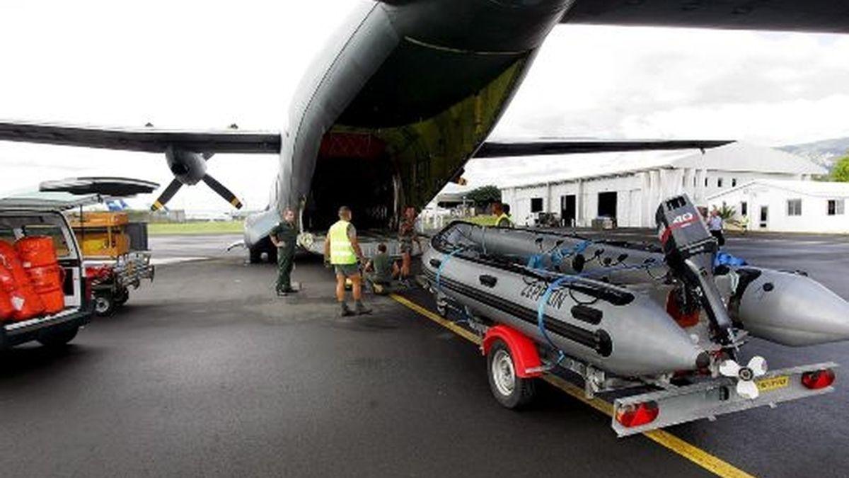 Miembros del Ejército francés cargan material en una avioneta Transall en la base aérea francesa 181 en la isla Reunión para trasladarse a las islas Comoras y trabajar en las labores de rescate del Airbus A-310. FOTO: EFE.