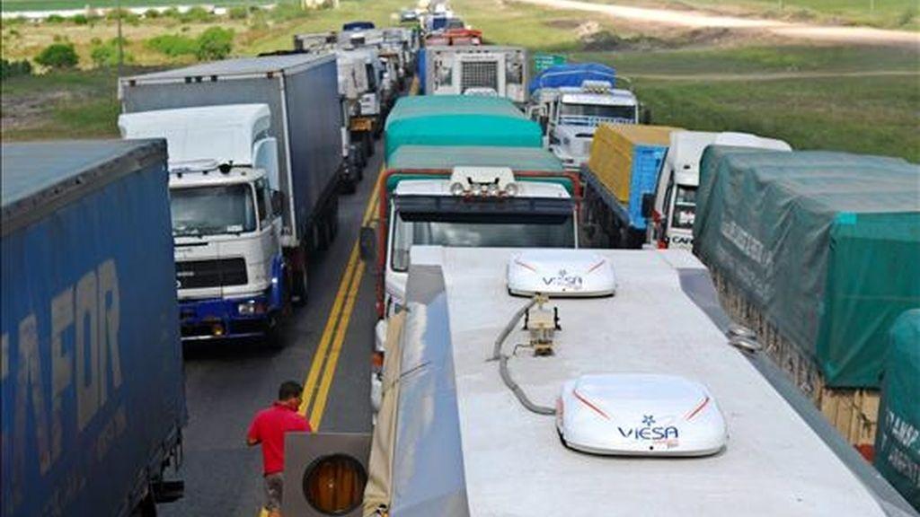 Trabajadores agropecuarios bloquean la ruta nacional 14, de la provincia de Entre Ríos, Argentina. EFE
