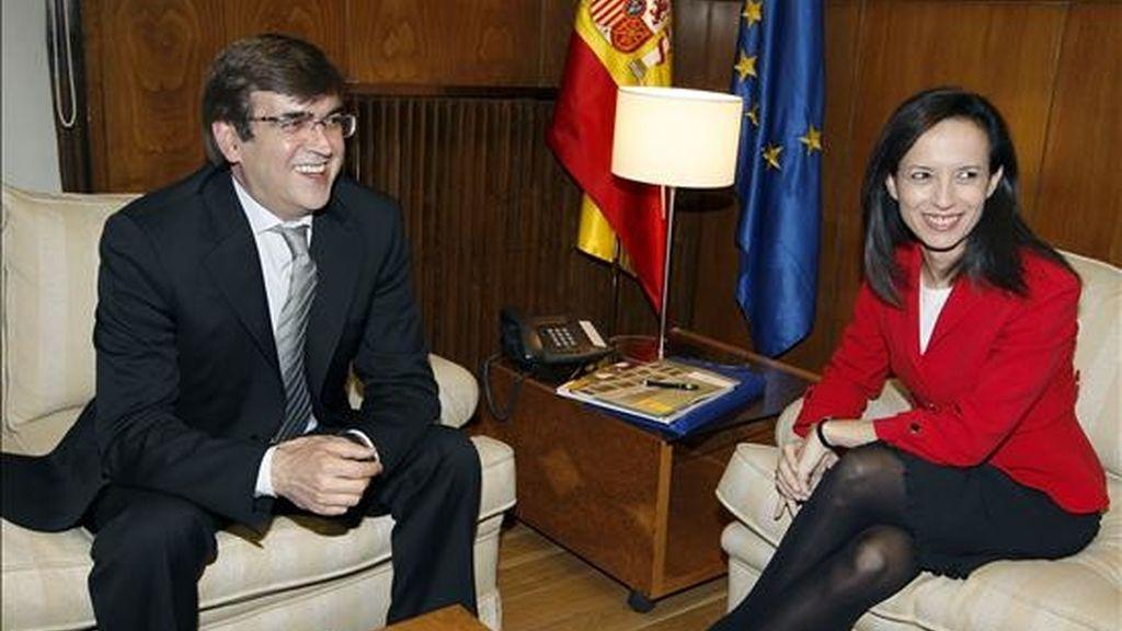 La ministra de Vivienda, Beatriz Corredor, y el presidente de Baleares, Francesc Antich, durante la reunión que han mantenido hoy en la sede del Ministerio hoy en Madrid, donde han firmado un convenio para la ejecución del Plan Estatal de Vivienda 2009-2012. EFE