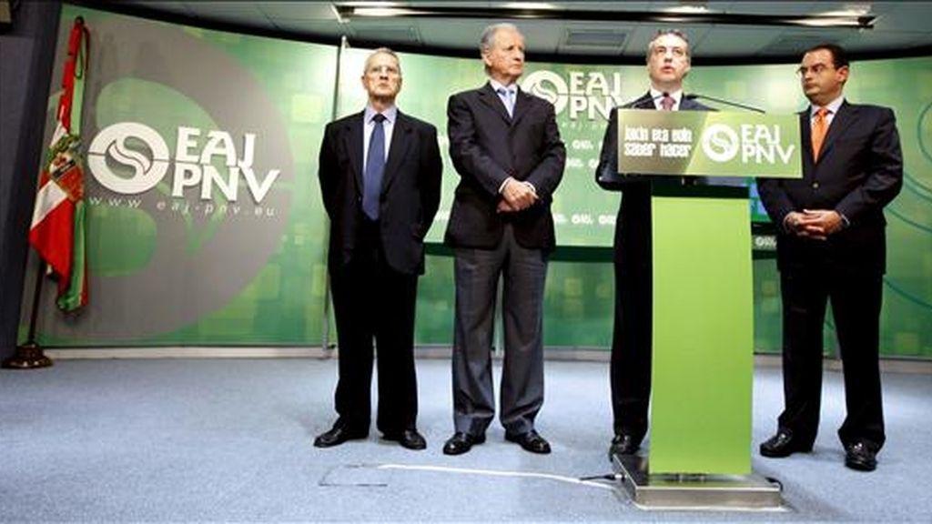 El presidente del PNV, Iñigo Urkullu (2d), y los anteriores consejeros de Interior del Gobierno Vasco Javier Balza (d), Juan María Atutxa (2i) y Juan Lasa, durante la rueda de prensa que ofrecieron hoy para hablar de la Ertzaintza. EFE