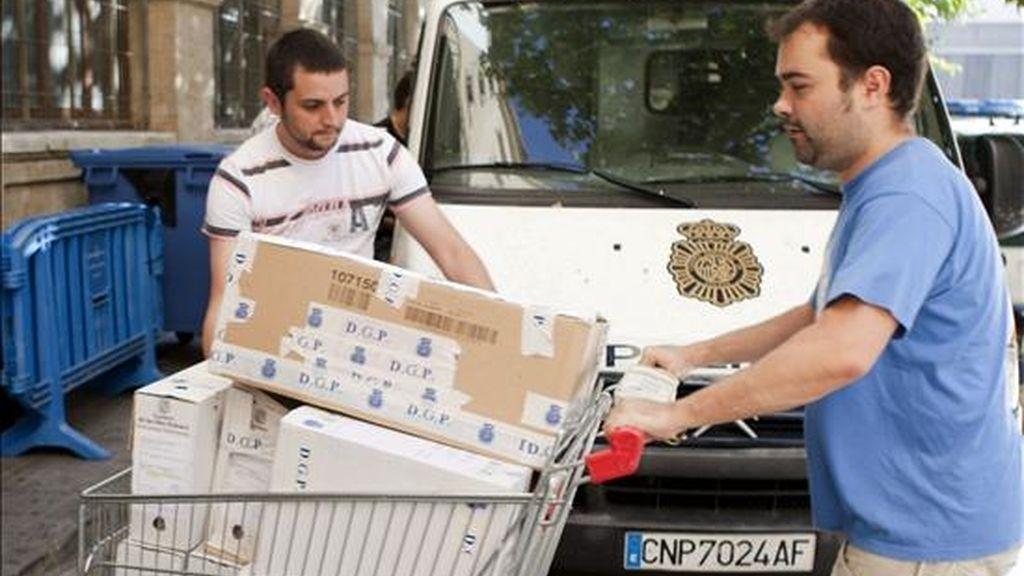 Agentes del cuerpo de la policía trasladan documentación incautada a los juzgados de instrucción de la capital balear, en el caso Ibatur. EFE/Archivo