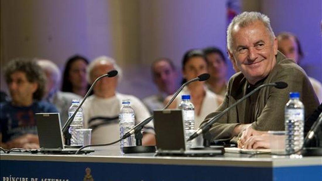 El cantante y compositor Víctor Manuel (d) pronunció hoy la conferencia inaugural de los Cursos de Verano de la Escuela Internacional de Música de la Fundación Príncipe de Asturias. EFE