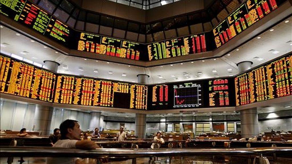 Un inversor observa los paneles en la Bolsa de Kuala Lumpur. Las bolsas del Sudeste Asiático abrieron abrieron la jornada bursátil al alza menos las de Malasia y Vietnam.EFE/Archivo