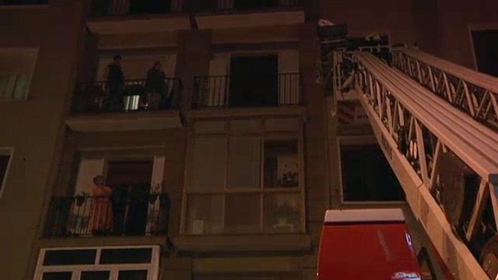 Realizan el salvamento de una señora mayor desde la terraza de un quinto piso
