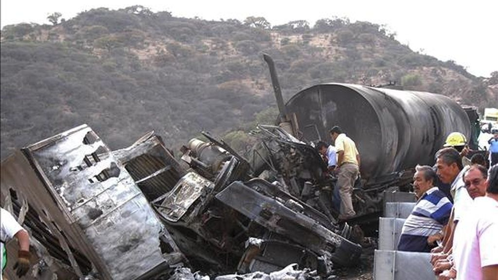 Siete personas murieron y ocho resultaron heridas de gravedad tras un accidente de transito en el que se vieron involucrados doce vehículos en el kilómetro 80 de la carretera Tepeji del Rio-Ciudad de México, en el estado mexicano de Queretaro. EFE