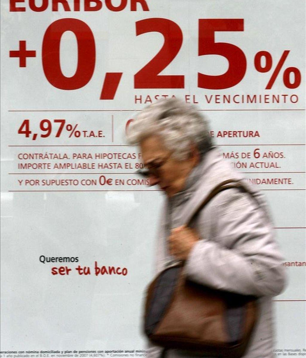 En la imagen, una oficina bancaria ofrece un producto financiero para las hipotecas. EFE/Archivo