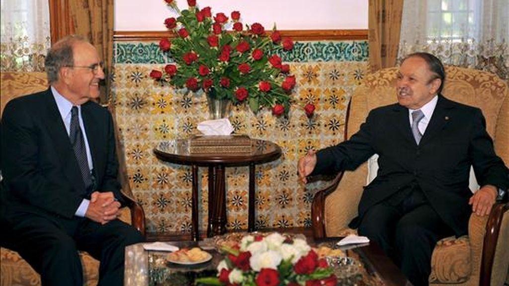 El presidente de Argelia, Abdelaziz Buteflika (d), conversa con el enviado especial de Estados Unidos para Oriente Medio, George Mitchell (d), durante  la reunión que mantuvieron ayer en la capital argelina. Mitchell viaja hoy a Israel. EFE/Archivo