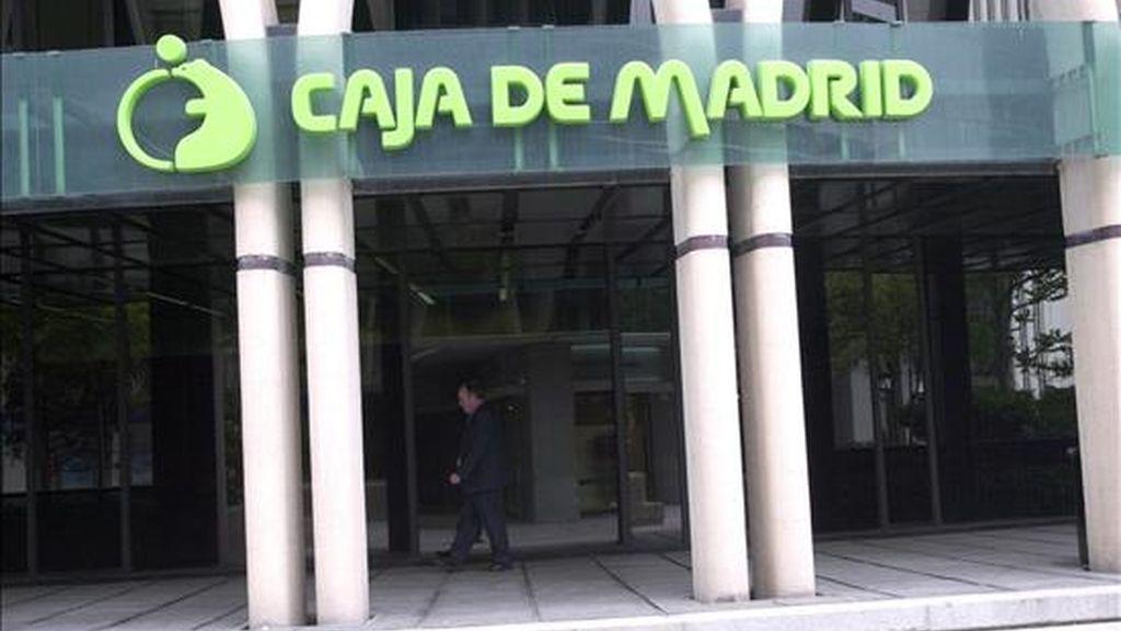 Logotipo de Caja Madrid en la fachada de la sede, en el Paseo de la Castellana de Madrid. EFE/Archivo