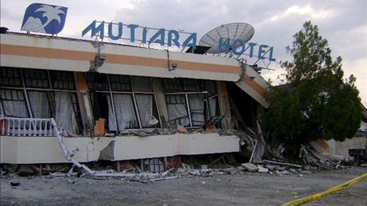 Fotografía de archivo fechada el 5 de enero de 2009 de un hotel que quedó destruído a causa de una serie de terremotos que sacudieron el 4 de enero la región de Papúa, situada en el este del archipiélago de Indonesia. EFE/Archivo