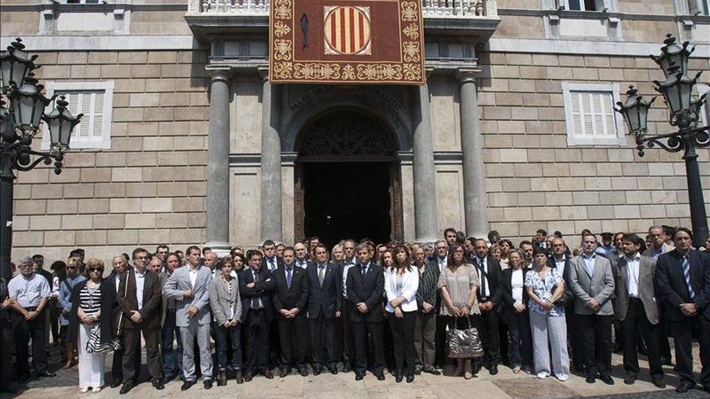 Presidido por el presidente de la Generalitat, Artur Mas (c-d), el alcalde de barcelona, Jordi Hereu (c-i) y acompañado por los dirigentes y candidatos de los principales partidos catalanes han guardado a mediodía de hoy en la Plaza de San Jaime, un minuto de silencio en memoria de las víctimas del terremoto de Lorca (Murcia). EFE
