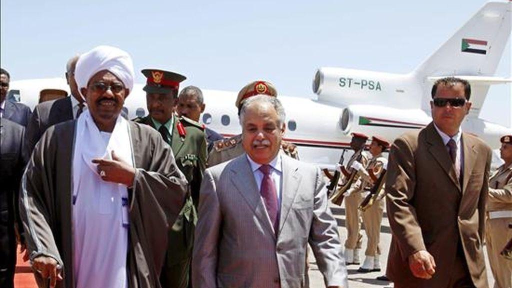 El presidente de Sudán, Omar Hasan al Bachir (i),  recibido por el primer ministro libio, Baghdadi Mahmudi (c), a su llegada al aeropuerto de Trípoli este miércoles. EFE