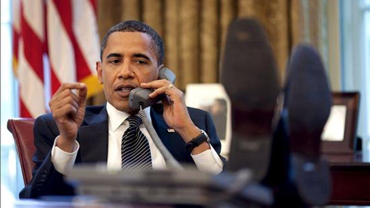 Fotografía facilitada por la casa Blanca que muestra al presidente de Estados Unidos, Barack Obama, al teléfono con el primer ministro israelí, Benyamin Netanyahu, desde el despacho Oval de la Casa Blanca, en Washington (Estados Unidos), el 9 de junio de 2009. Obama llamó Netanyahu para reiterarle el compromiso de Estados Unidos con la seguridad de ese país. EFE