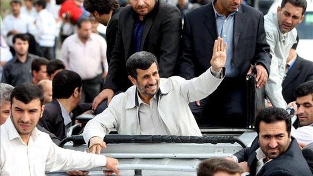 Foto facilitada por la oficina presidencial, que muestra este miércoles al presidente de Irán, Mahmud Ahmadineyad, saludando a sus seguidores durante una visita a la ciudad de Hamedan (Irán). EFE/Página web oficial de la presidencia iraní