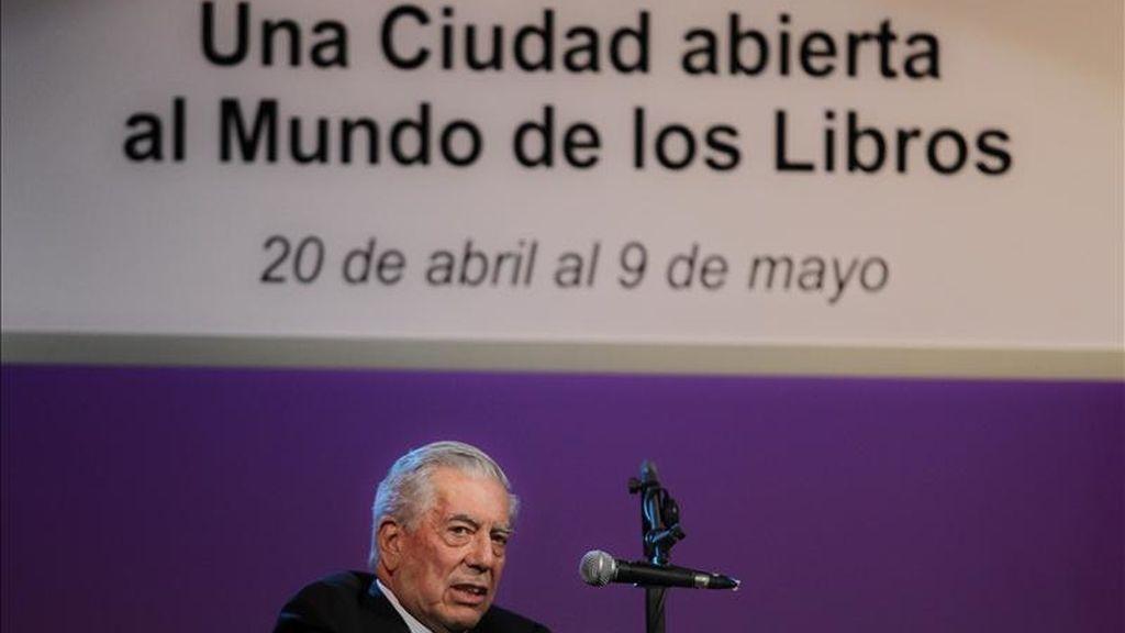 El escritor peruano Mario Vargas Llosa, ganador del Premio Nobel de Literatura 2010, ofrece una conferencia el pasado 21 de abril durante la Feria del Libro de Buenos Aires (Argentina). EFE/Archivo