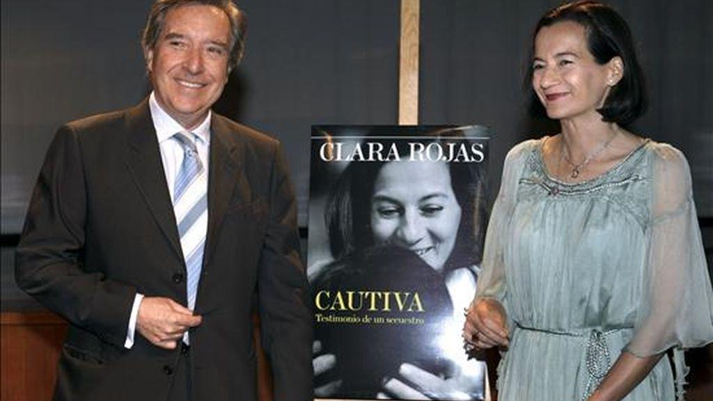 """Clara Rojas, ex rehen de la guerrilla de las FARC, acompañado del periodista Iñaki Gabilondo, durante la presentación hoy en Madrid, de su libro """"Cautiva. Testimonio de un secuestro"""". EFE"""