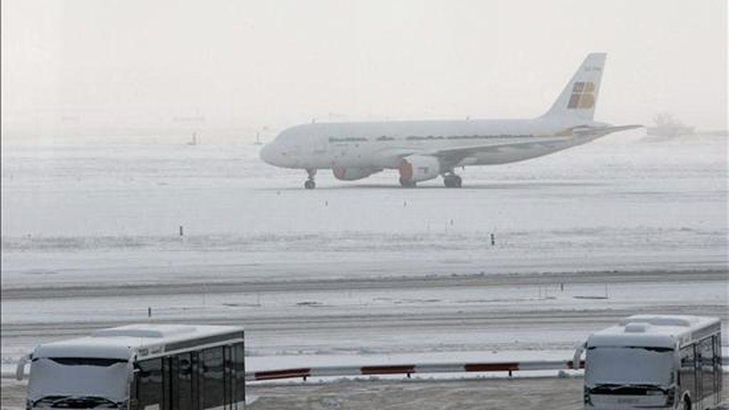 Retrasos y cancelaciones en las conexiones europeas debido al mal tiempo. En la imagen un Airbus 320 de Iberia, cubierto de nieve. EFE/Archivo