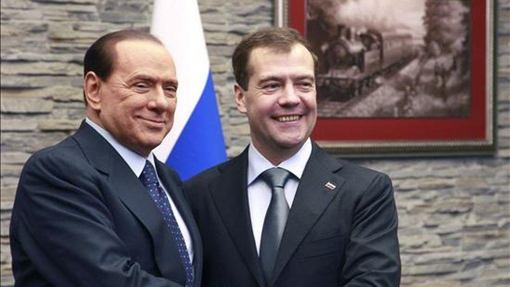El presidente ruso, Dmitri Medvédev (dcha), estrecha la mano al primer ministro italiano, Silvio Berlusconi, durante un encuentro celebrado en un hotel de la localidad de Krasnaya Polyana (Rusia) hoy, 3 de diciembre de 2010. EFE