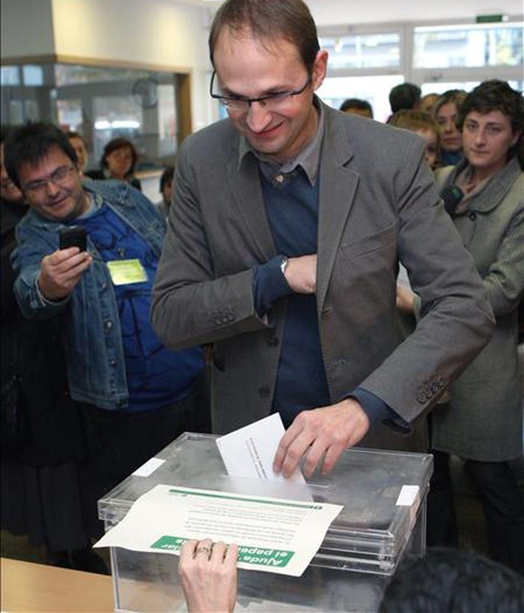 El candidato de Iniciativa por Cataluña los Verdes-Esquerra Unida Alternativa (ICV-EUIA) a la presidencia de la Generalitat, Joán Herrera, emite su voto esta mañana en la Escola Llacuna del barrio barcelonés del Poble Nou. EFE
