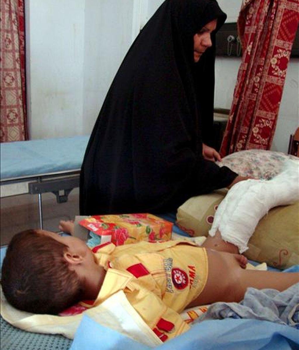 Una mujer iraquí acompañando en un hospital de Nayaf a su hijo, herido el pasado lunes en un atentado con coche bomba en Kerbala (Irak). EFE
