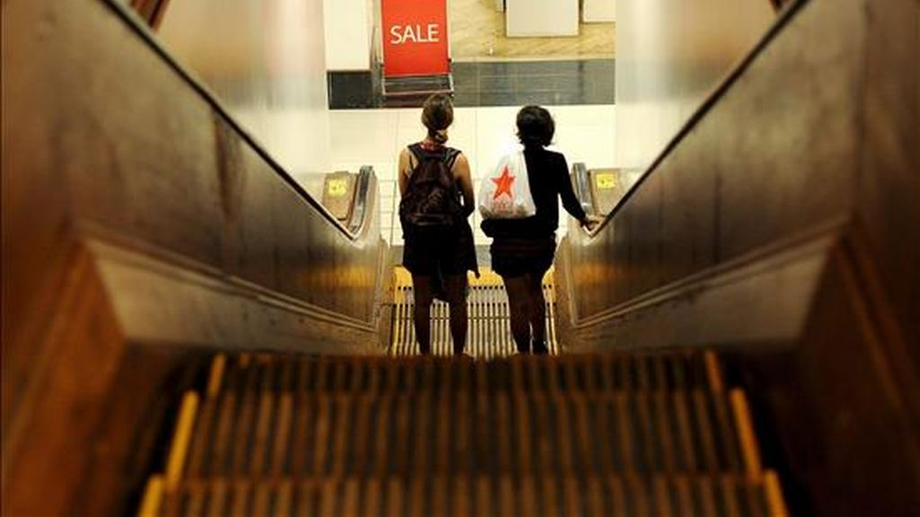 Varias personas raelizan compras en un comercio de Nueva York, EE.UU., este 27 de julio. La confianza de los consumidores de EE.UU. en la evolución de la economía se deterioró más en julio, según datos que difundió hoy The Conference Board. EFE