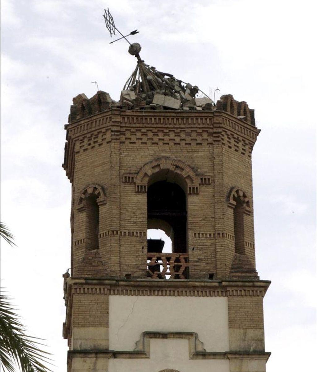 La torre de la iglesia de la Virgen de las Huertas que resultó seriamente dañada a causa del terremoto de 5,1 grados en la escala de Richter que sacudió este miércoles la ciudad de Lorca (sureste español) y en el que nueve personas han muerto y casi 300 han resultado heridas. EFE