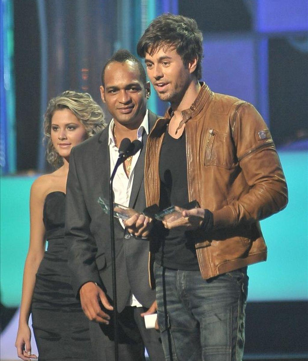 El cantante español Enrique Iglesias recibe su galardón durante la ceremonia de entrega de los Premios Billboard Latino en Coral Gables, Florida (EEUU). EFE