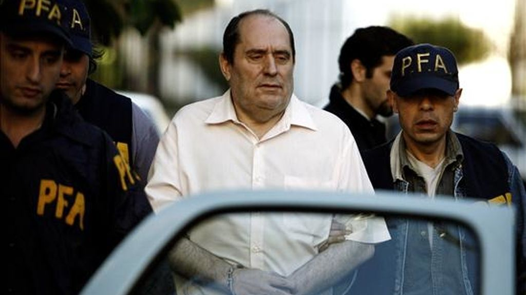 Miembros de la Policía Federal Argentina trasladan al abogado José Emilio Rodríguez Menéndez, buscado por la justicia española, quien fue detenido el pasado 9 de octubre de 2008, en Buenos Aires por agentes de Interpol. EFE/Archivo