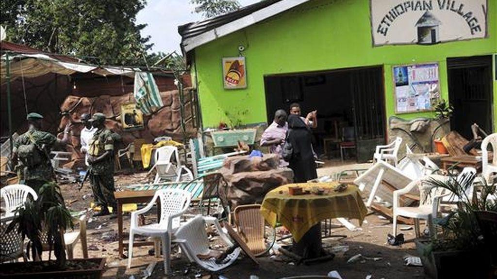 Policías ugandeses inspeccionan el restarurante de comida etíope en el que el domingo una bomba hizo explosión cuando los clientes veían el partido que España ganó a Holanda (1-0) en Kampala, Uganda. EFE