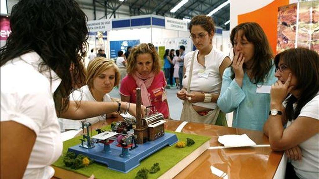 En la imagen del año 2007, un grupo de personas durante la inauguración de la Feria Internacional de las Energías Alternativas y Medio Ambiente, celebrada en Vigo. EFE/Archivo