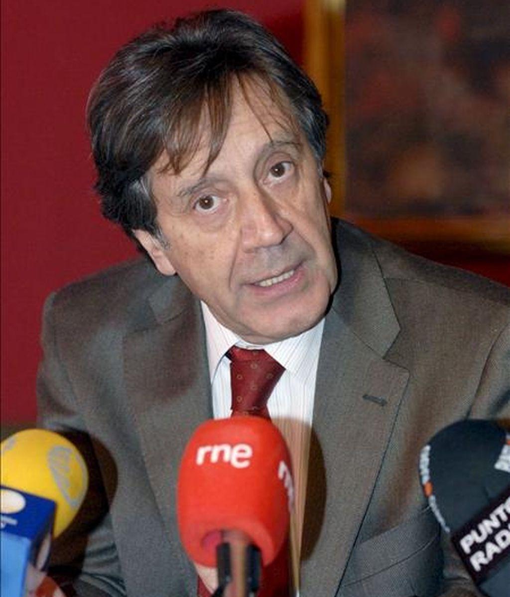 El presidente de FEVE, Angel Villalba, repasó hoy la situación y proyectos de la compañía ferroviaria española, en un café de redacción organizado por la Agencia EFE en el Parador de San Marcos de León. EFE