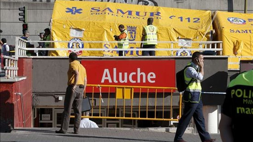 Operativo montado por el SAMUR en las inmediaciones de la estación de Aluche (Madrid), donde el choque de dos trenes de Cercanías ha provocado 57 heridos leves, de los que doce han sido trasladados al Hospital Clínico. EFE