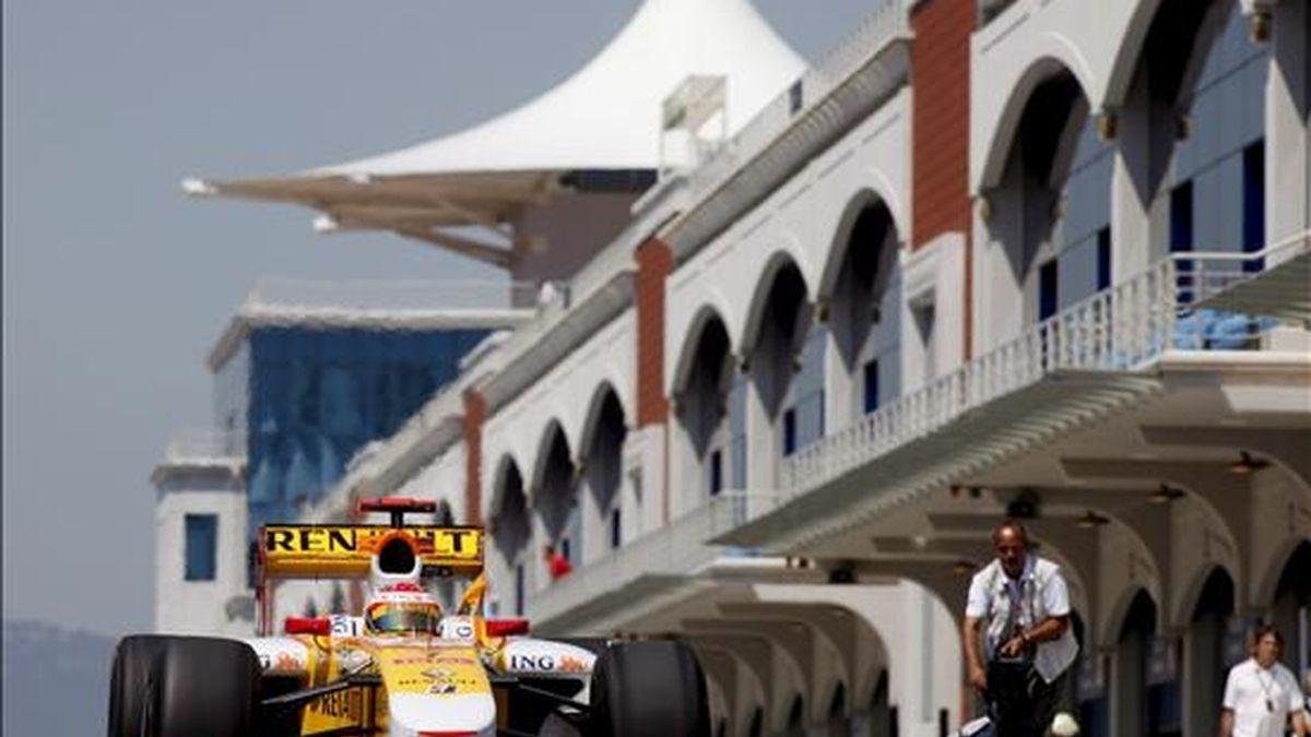 El piloto español Fernando Alonso, de Renault F1, participa hoy en la primera sesión de entrenamientos en el circuito de Estambul (Turquía). El Gran Premio de Turquía de Fórmula Uno se disputará el próximo 7 de junio. EFE