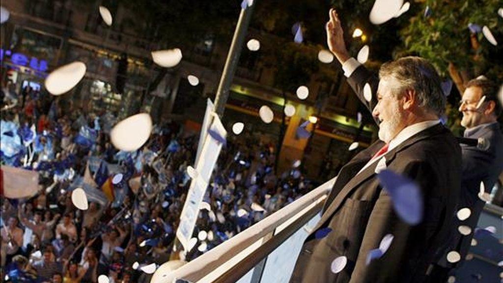 El candidato del Partido Popular europeo, Jaime Mayor Oreja (i), saluda a los simpatizantes junto al presidente del PP Mariano Rajoy. EFE